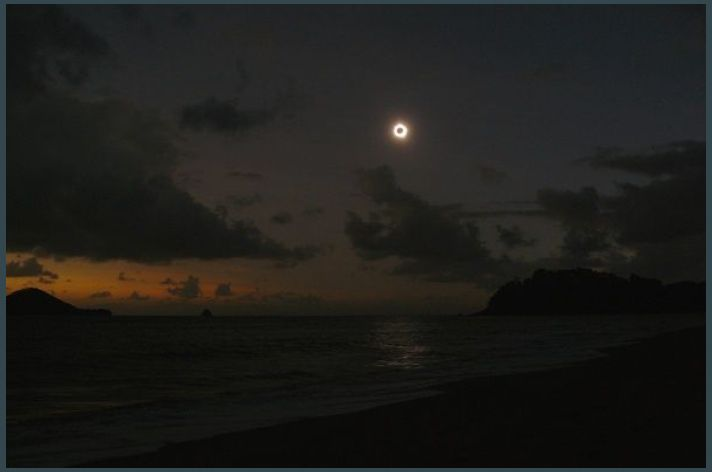 Ellis Beach 06h38 : Vision scénique de l'éclipse. ISO 100, Focale 36mm, vitesse 1/6s, ouverture 3.2