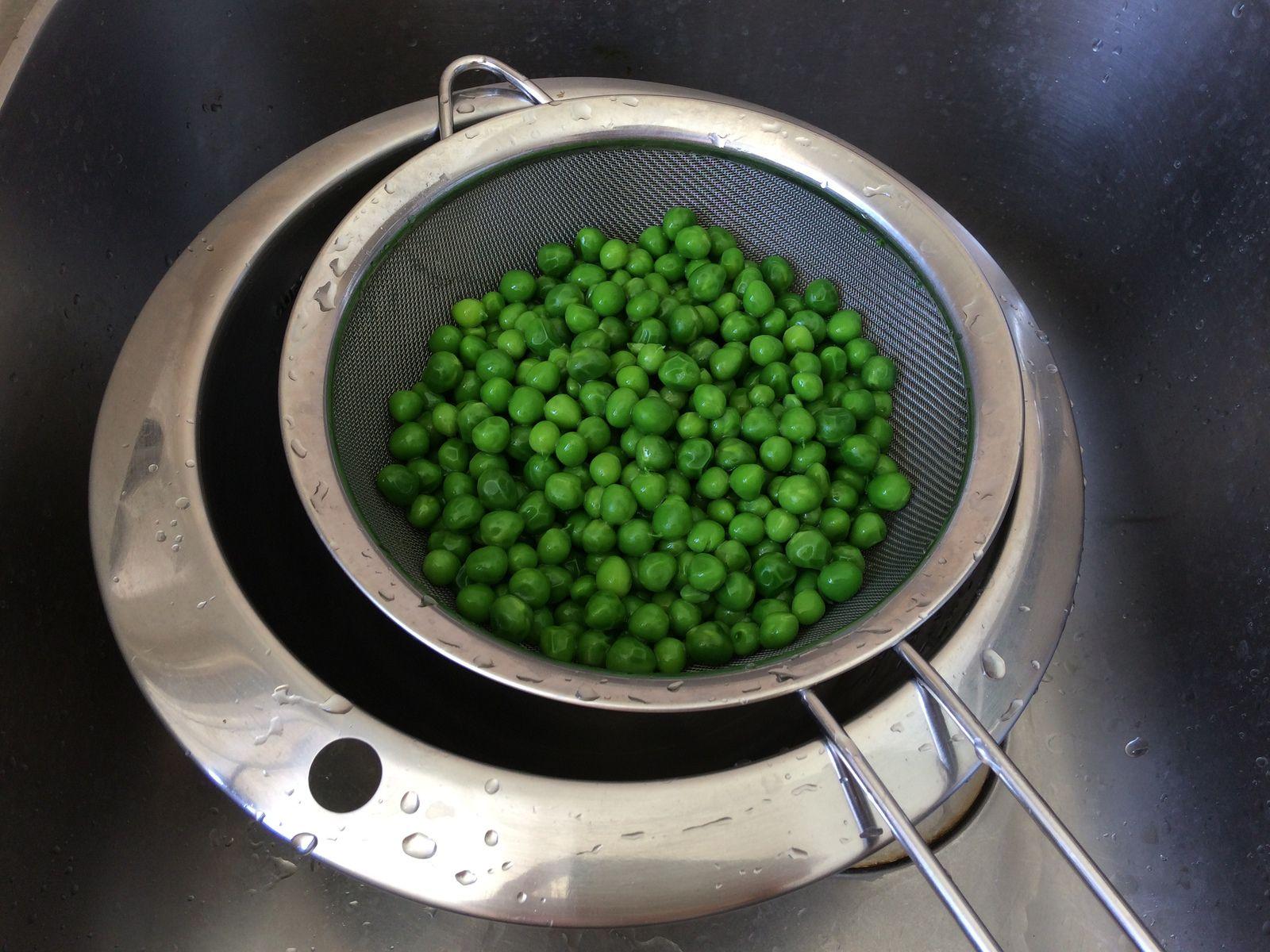 Ensuite on les égoutte. On finira de les cuire à la poêle avec un peu de beurre.