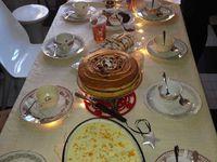 """couronnes et la traditionnelle """"family +mas tea party"""" et son gâteau de Noël à 5 étages..."""