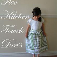 Une robe de petite fille dans des torchons.