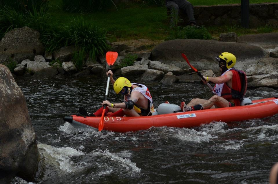 99 équipes et près de 800 kayakistes vont se relayer dans des embarcations biplaces gonflables afin d'effectuer le plus de tours possible de l'Île de Locastel à Inzinzac-Lochrist sur le Blavet. La compétition s'étend de 15h à 20h le samedi.