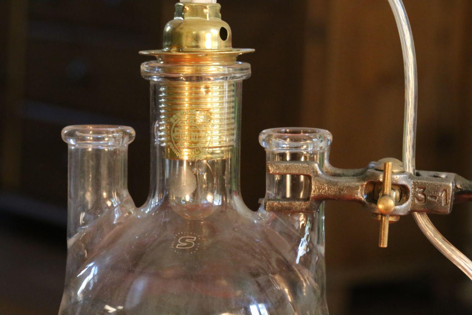 Création d'un luminaire unique à partir d'ustensiles de laboratoire de chimie