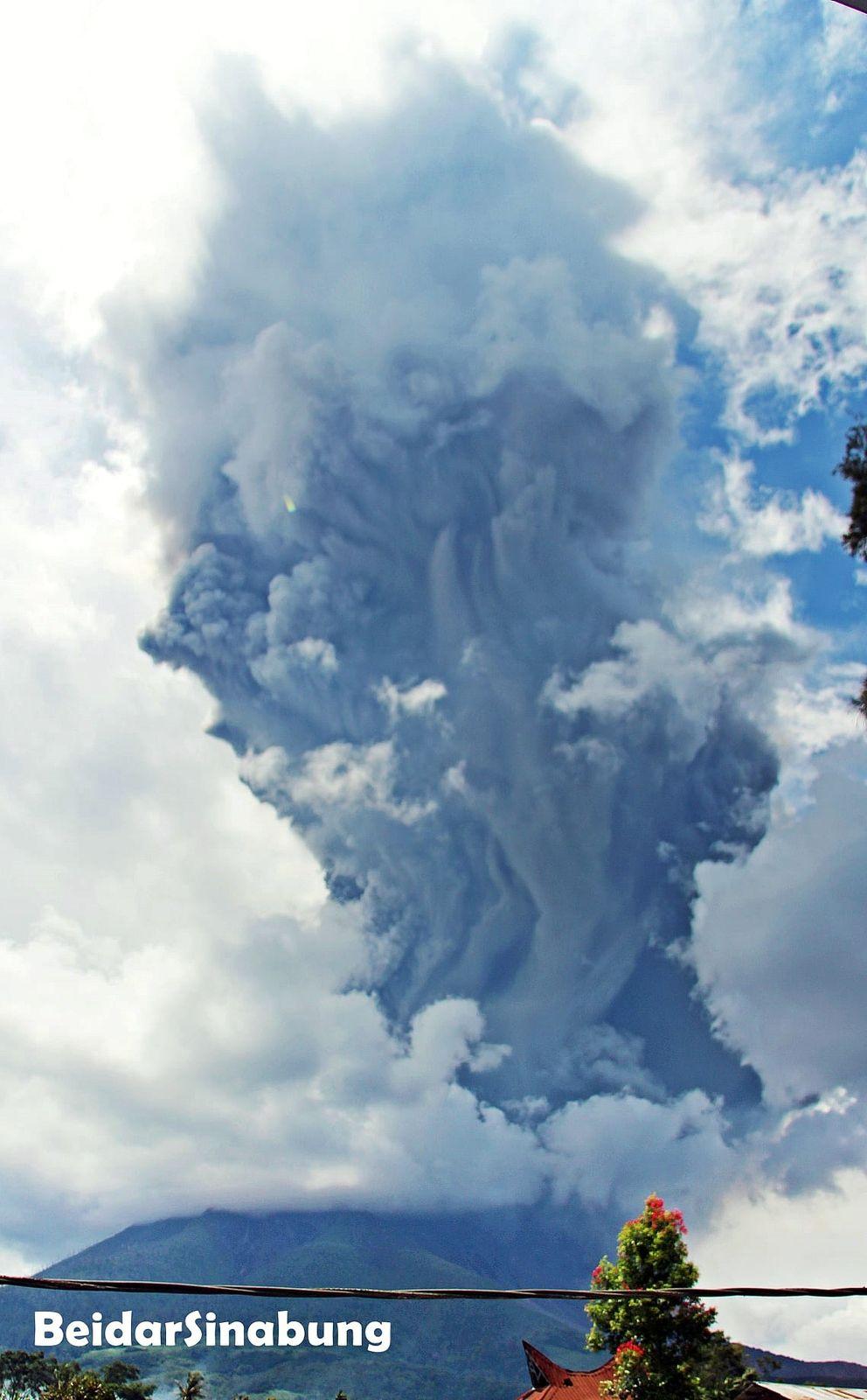 Sinabung - ash plume from 07/28/2021 / 13h20 - photo Firdauss Surbakti  de Umbrella Village District