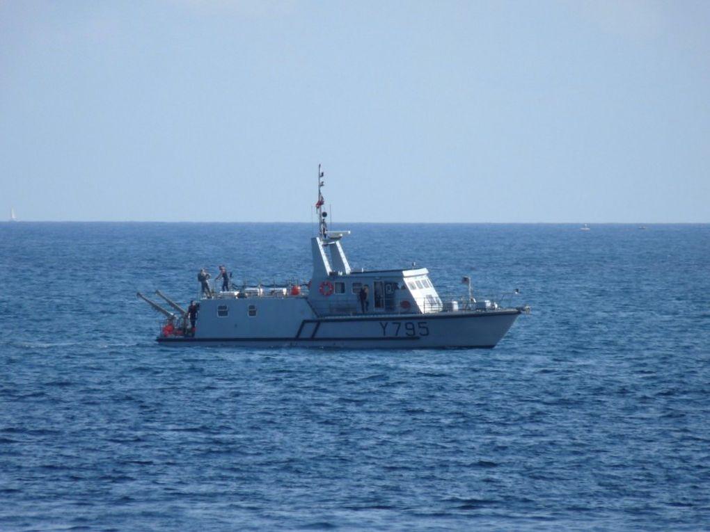 AJONC  Y795   vedette support de plongeurs