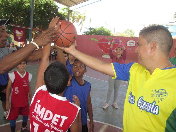 García ofrece el balón a los equipos participantes en el juego inaugural