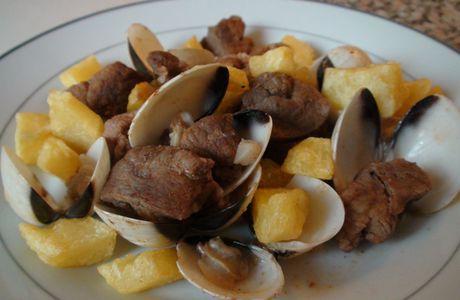Carne de porco à alentejana (recette portugaise)
