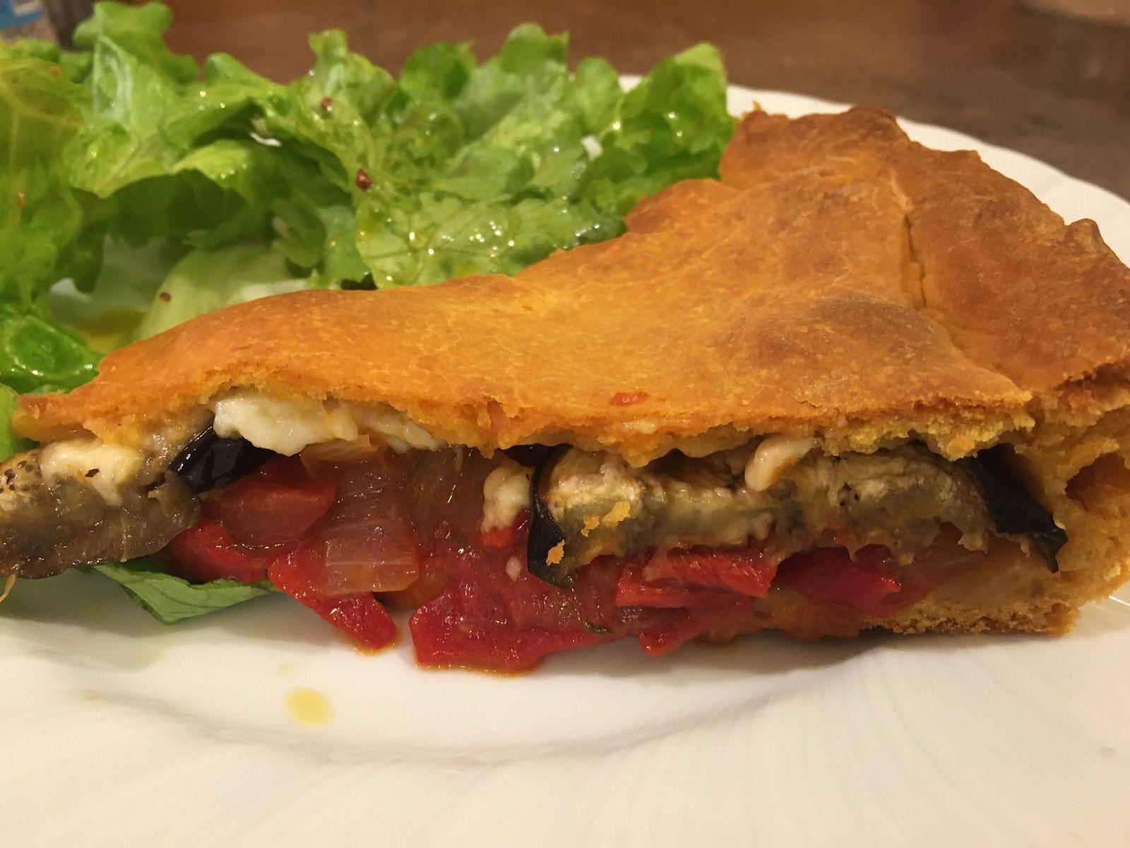 Tielle sétoise veggie: aubergines, poivrons, tomates, oignon doux et parmesan