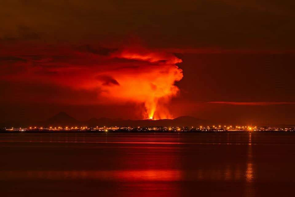 Fagradalsfjall - reflections in the gas plume on 09.12.2021 - photo Kevin Pagès via Iceland Geology Seismic & Volcanic Activity in Iceland - one click to enlarge