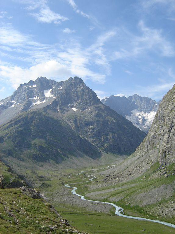 Un joyau en plein coeur des Hautes-Alpes le territoire du parc national des Écrins (91 800 hectares), créé en 1973, s'étend entre les villes de Grenoble, Gap et Briançon. Il est délimité par les vallées de la Romanche, la Guisane, la Durance