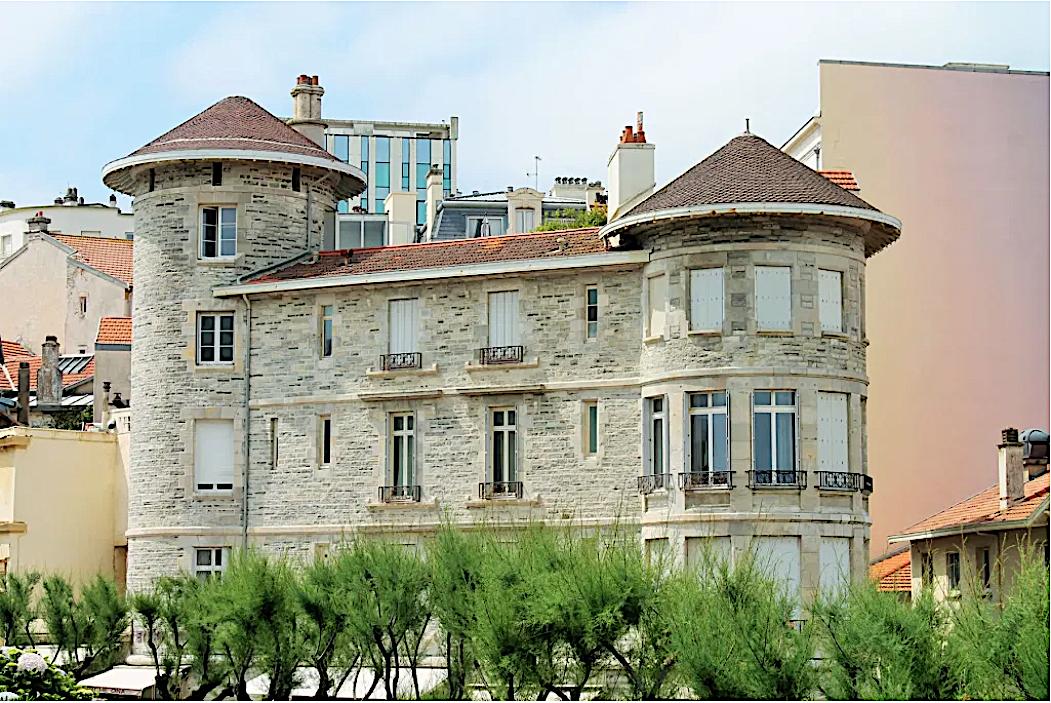 La première maison de couture de Gabrielle Chanel Coco Chanel en 1915 a Biarritz , commercialisation  de beaux radiateurs anciens .