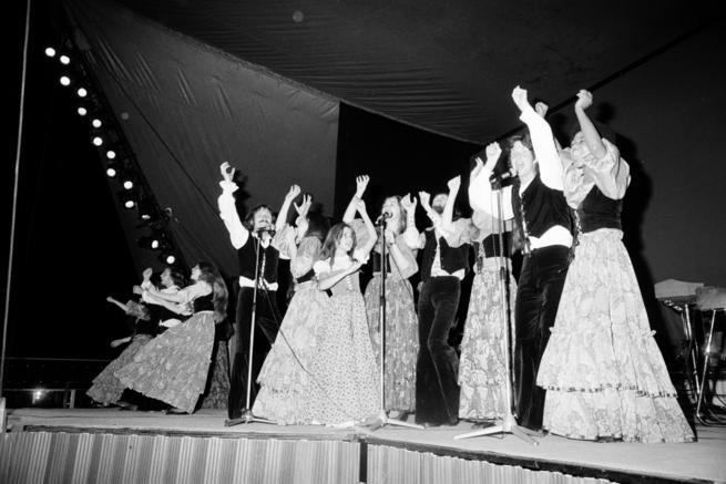 Michel GINFRAY/Gamma-Rapho via Getty Images  Un groupe de chanteurs et de musiciens issus des Enfants de Dieu, se produisant au profit de la secte en 1974