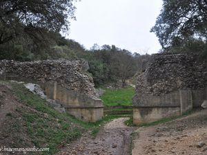 Un peu plus loin, on découvre d'autres vestiges de cet aqueduc.   (clic sur les photos pour les agrandir)