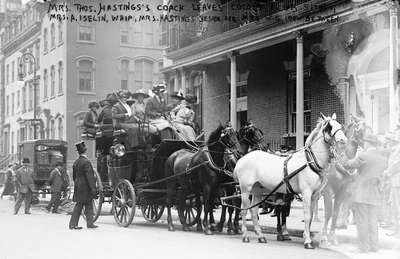 Hastings devant le colony club à New york. Coach de madame Thos mené par madame A. Iselin.