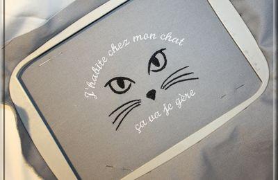 J'habite chez mon chat, ça va je gère. Fichier Broderie Machine et Fanion
