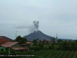 Sinabung - eruptive episode respetively on 01/03/2021 / 9:38 a.m. WIB ey on 01/04/2021 / 11:55 a.m. WIB - webcam PVMBG - one click to enlarge