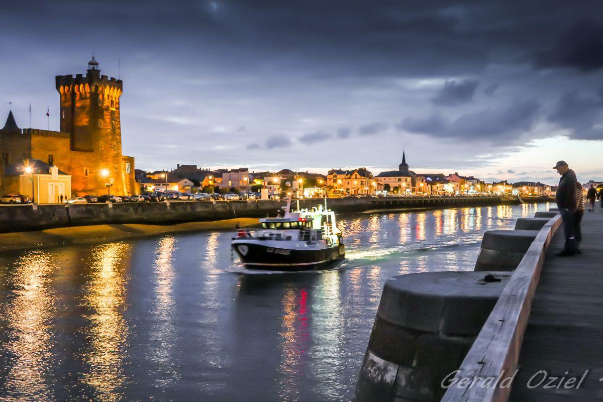 Un chalutier sort du port des Sables-d'Olonne à la tombée de la nuit. (Photo: G. OZIEL. Copie interdite)