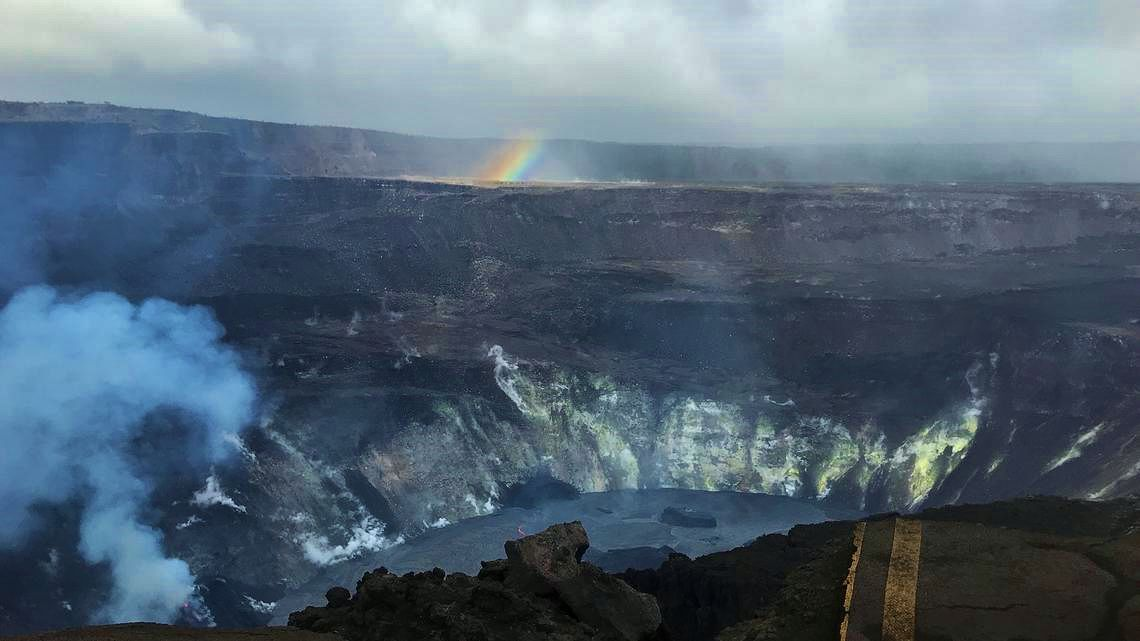 Kilauea - Halema'uma'u lava lake on 12/29/2020 / 4 p.m., showing declining outgassing, and a rainbow stump; to note: crater rim drive cut dead by the 2018 collapse - photo C. Parcheta / USGS