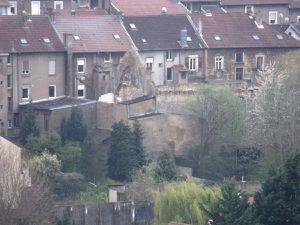 Le bâtiment vu de la grotte