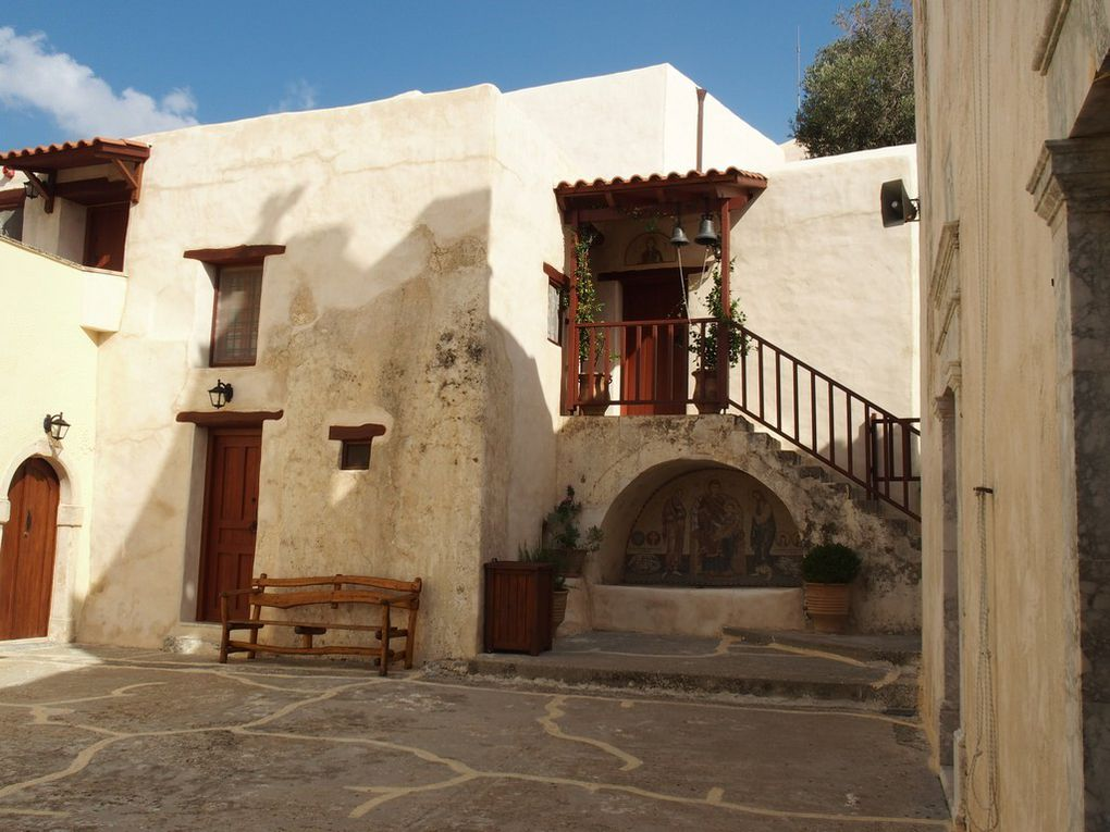 les extérieurs du monastère ...avec ses belles plantes ...