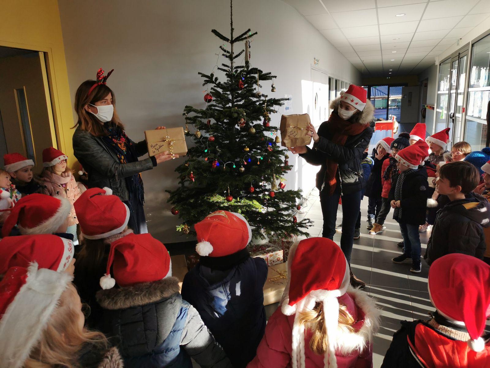 Pour la classe de Nina et de Sonia, ce cadeau bien lourd était en fait le jeu de la marchande et pour celle de Géraldine, un ensemble de livres et de jeux pour préparer le stage au centre équestre du Blaton au printemps prochain. Merci Père Noël!