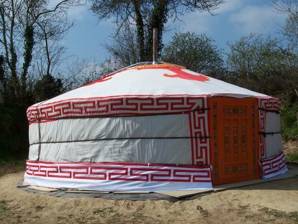 Habitat nomade de Mongolie, la yourte est appréciée pour sa forme ronde et son aspect de maison de poupée... Capacité 2, 4 ou 5 personnes ; bloc sanitaire à proximité... Voir www.yourtes-en-perigord.com. Pour toutes réservations, contactez nou