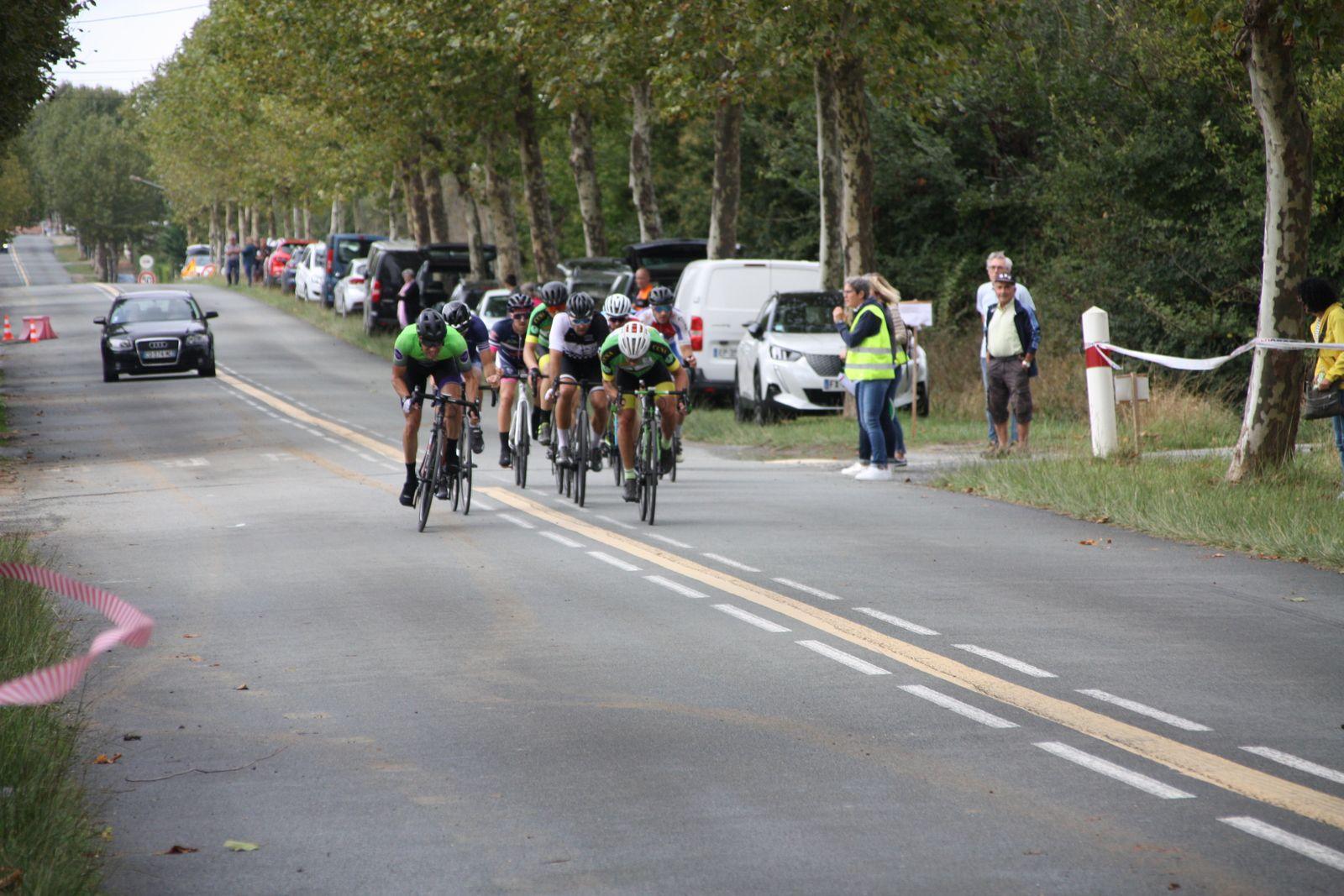 3e  tour  Franck  GUILLAUD, Thibaud  BARILLOU, Nicolas  LEBOEUF, Stéphane  BOIRIVANT,Clément  LAURENT, Vincent  JICQUEL  font  partie  de  ce  groupe  de  tête