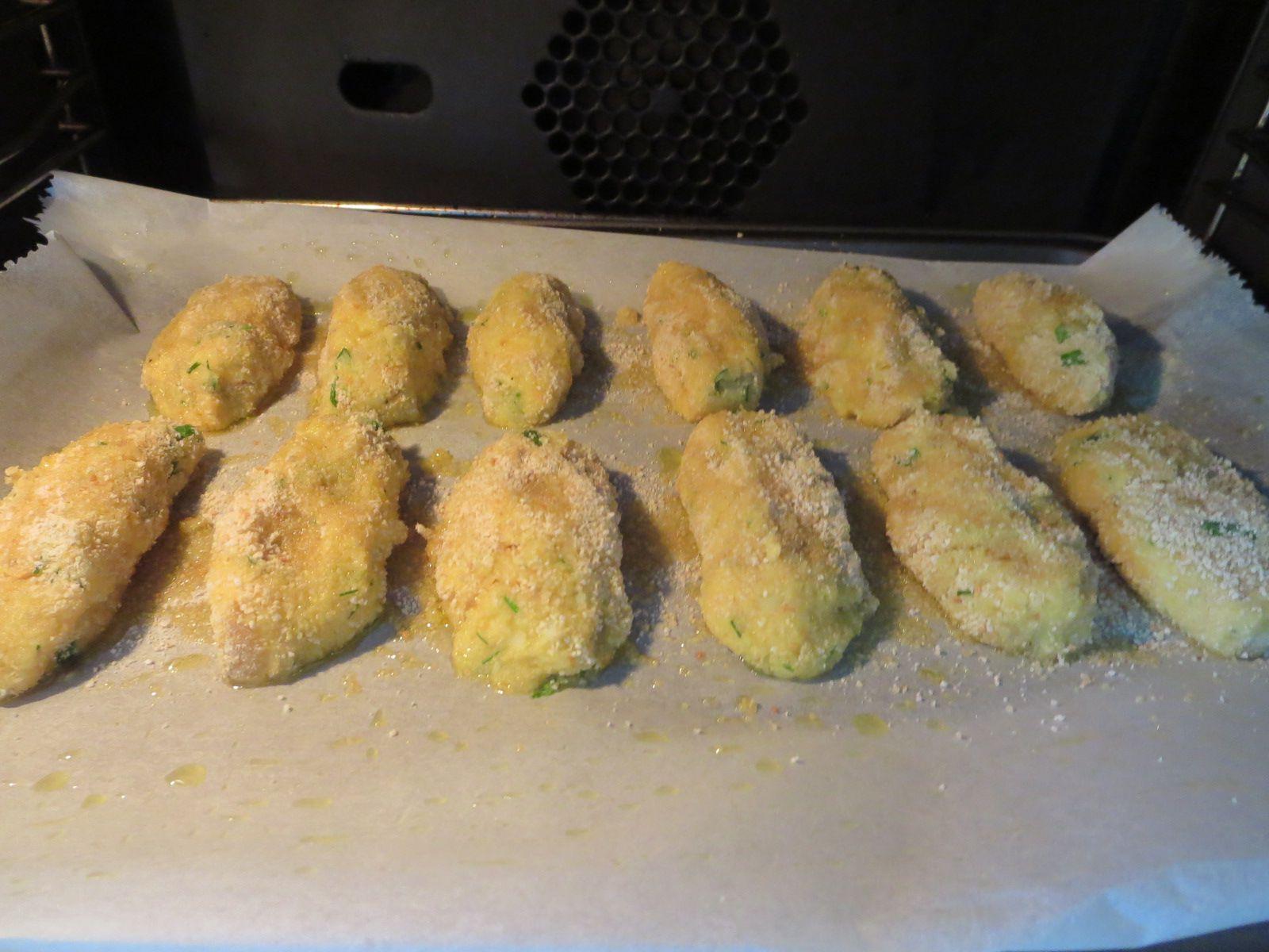 Croquettes de chou fleur, au four / brochettes de poulet mariné. La marinade: jus d'orange, huile d'olive, gingembre râpé, piment d'Espelette, sauce soja,  miel. mariné aussi les morceaux de poivrons et les échalottes.((2 heures de trempette pour les blancs de poulet.) )  les croquettes de chou-fleur bouilli et écrasé à la fourchette, avec deux belles pommes de terre, avec 1ou 2 œufs, 1/2 oignon rose ciselé fin, 25 gr de comté/ 50 gr de parmesan, persil, cibouletteet 2 CàS de chapelure. faire des quenelles,  bien roulées dans de la chapelure, et mettre au four sur plaque huilée pour une petite 1/2 heure à 180°