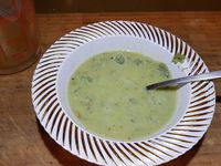 """4 - Pendant ce temps réaliser la """"picada"""" au mortier ou au mixeur, en mixant : les biscuits, les noisettes, les amandes, le persil, la farine, l'ail, un filet d'huile d'olive, le sel et le poivre. La préparation doit avoir la consistance d'une pâte, la verser dans un bol et rajouter un peu de bouillon de façon à la rendre plus liquide."""