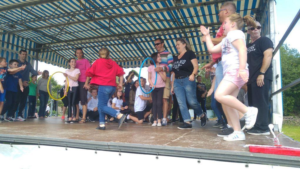 Après chaque danse, les parents ont eu le plaisir de venir accompagner leur enfant sur scène.