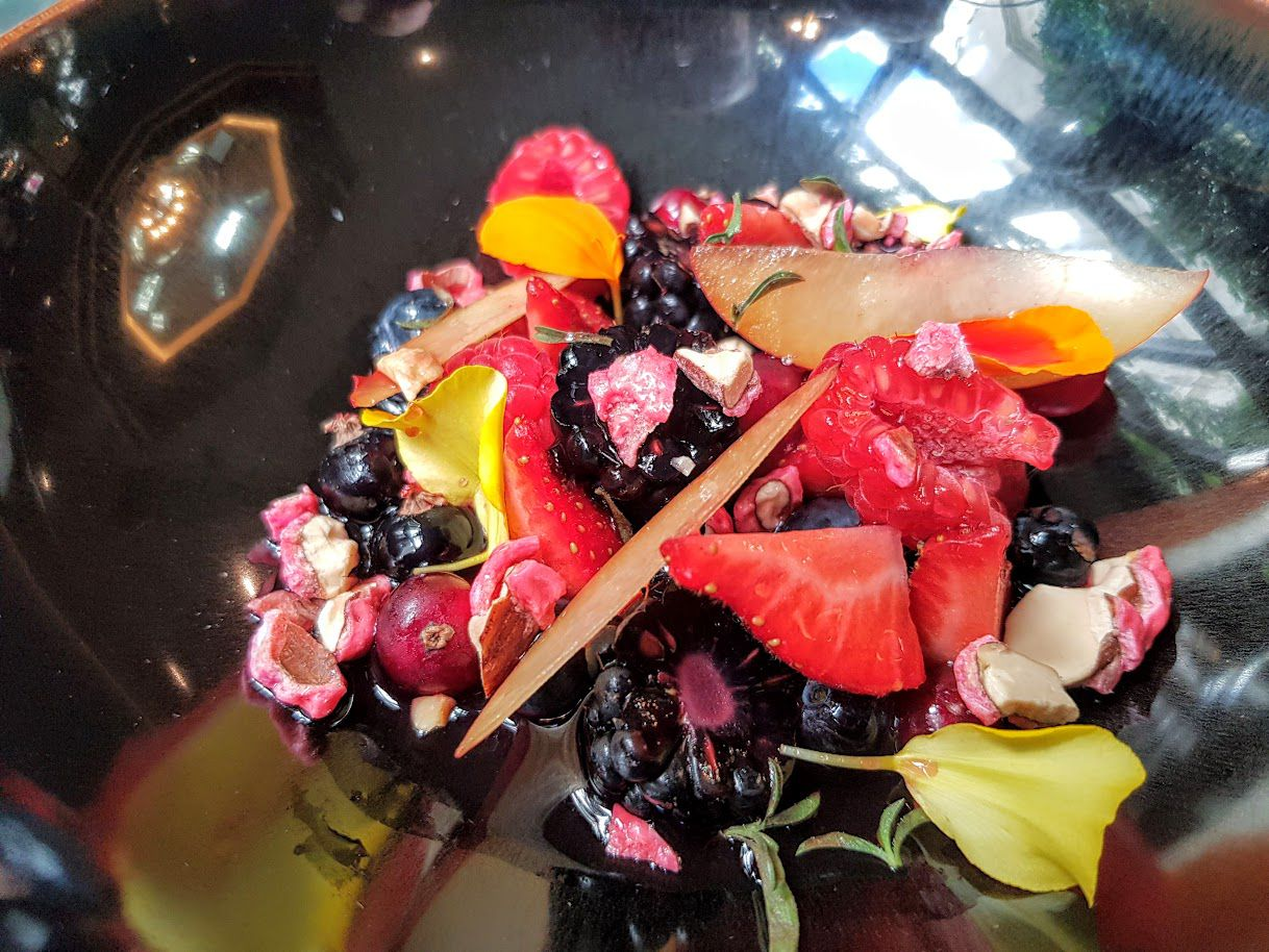 Fruits rouges, infusion aux herbes, miel de fleurs, pralines Galanga restaurant Paris 8