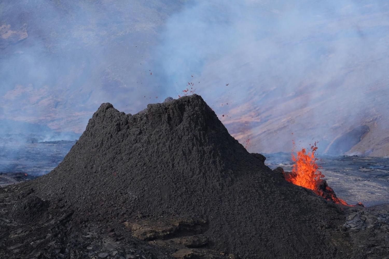 Une nouvelle fissure plus petite s'est ouverte sur le côté du cratère principal lors de l'éruption de Geldingadalur  - photo 23.03.2021 /  mbls