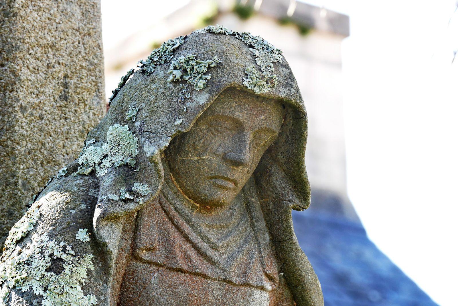 La Vierge de Pitié (kersanton, vers 1550, atelier Prigent) du calvaire de la rue de la Tour d'Auvergne à Landerneau. Photographie lavieb-aile mai 2021.