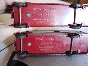 Les deux versions HORSEBOX et HORSE-BOX (à gauche modèle export, à droite modèle Newmarket)