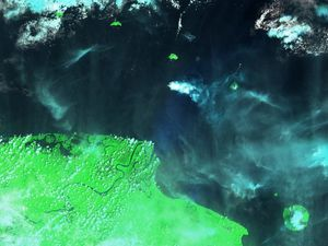 Kadovar 23.01.2018 - satellite image. Sentinel-2 SWIR - and Volcanic ash advisory / VAAC Darwin - one click to enlarge
