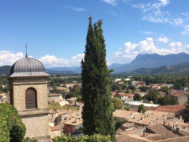Vue depuis la chapelle des Cordeliers : le clocher de l'église, et les Trois-Becs