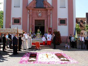 Hofgartenidylle und traumhaftes Wetter bei der Veitshöchheimer Fronleichnamsprozession - Kinder erfreuten Senioren im Caritas-Altenheim