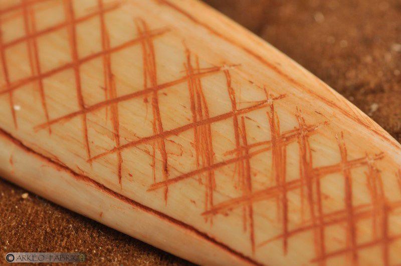 Lissoir gravé en os (site de Laugerie-Basse, Dordogne).