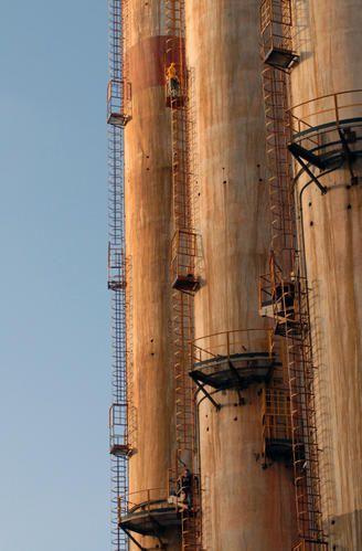 Lavoratori manifestano la loro protesta occupando una ciminiera della centrale termica dello stabilimento.