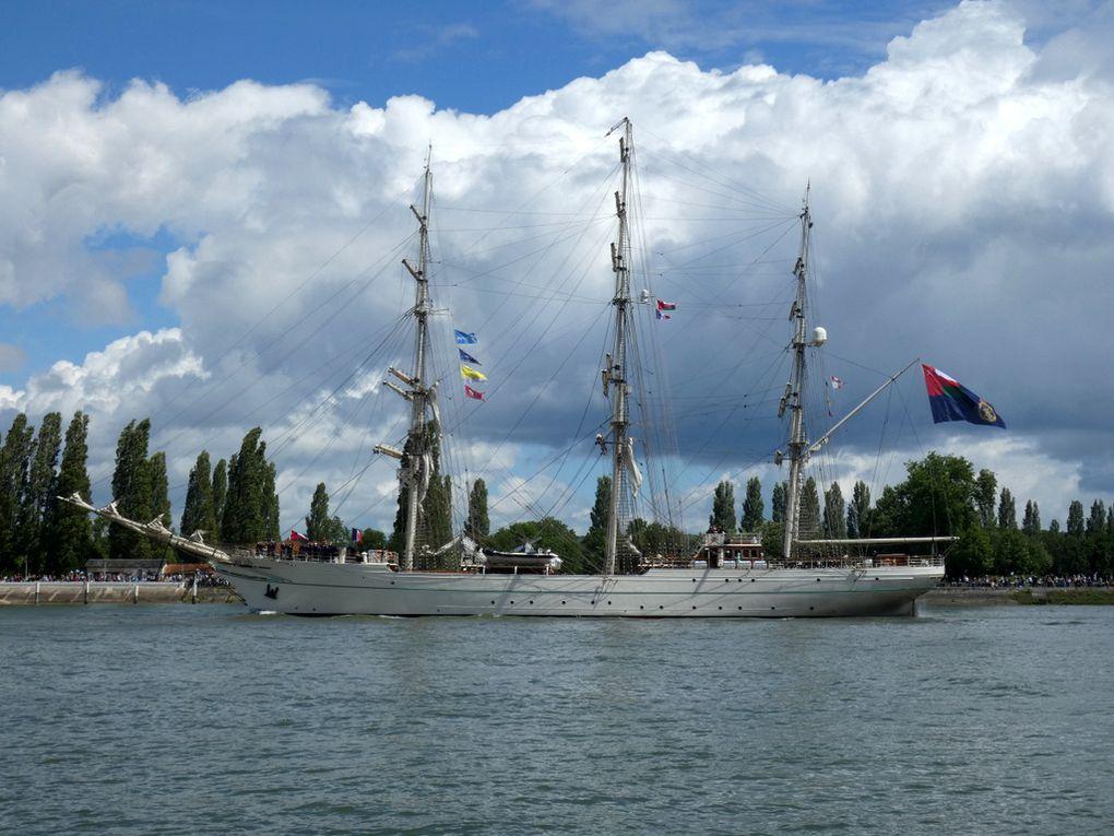SHABAB OMAN II ,Trois mats carré , navire école de la marine omanaise  sur la Seine au passage de la commune de la Bouille le 16 juin 2019