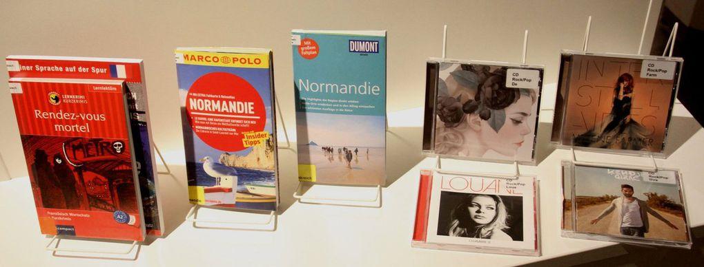 Diese französischen Medien für alle Altersgruppen ab dem Kindergartenalter konnte Büchereileiter Martin Wehner bereits im Vorfeld aufgrund der 500 Euro-Spende des Partnerschaftskomitees beschaffen. Neben neuesten Romanen sind darunter auch Lernmittel, Reiseführer über die Normandie, CDs und zweisprachige Videofilme.