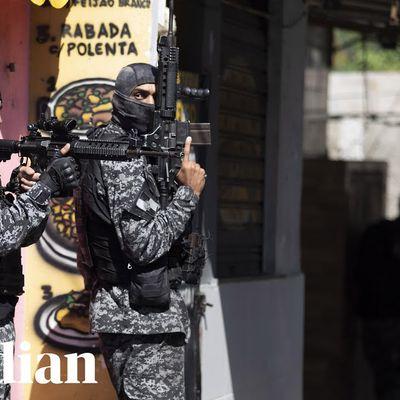 Brazilo : 25 mortintoj en sanga operaco kontraŭ narkotaĵoj en favelo de Rio