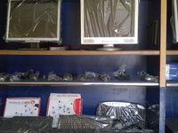 Youssef D. nous accueille dans sa boutique ARNIMNET : vente, réparation, installation de réseau... Ici le plus important est de protéger le matériel contre la poussière de la rue. Le travail terminé, il ferme sa boutique