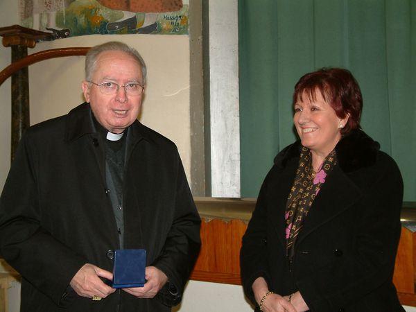 Mgr Panafieu reçoit la médaille de la ville remise par Danielle Garcia maire d'Auriol lors de sa venue pour la confirmation en 2004. À la cathédrale de la Major pour la messe chrismale en 2008. (Cliquer sur l'image pour l'agrandir et sur les bords pour faire défiler).