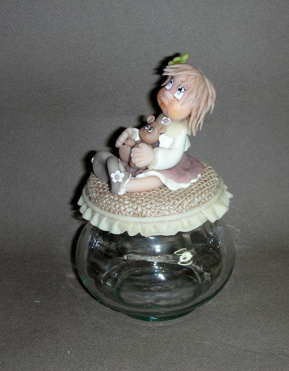 Pot douceur avec fillette et son doudou ourson en porcelaine froide
