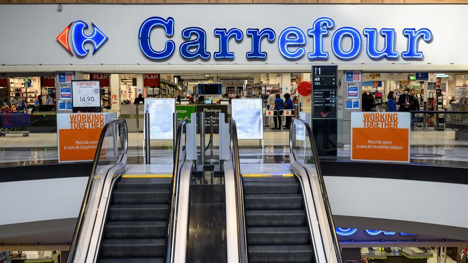 L'entrée d'un supermarché Carrefour, en Seine-Saint-Denis, le 3 novembre 2020. Photo d'illustration. (BERTRAND GUAY / AFP)