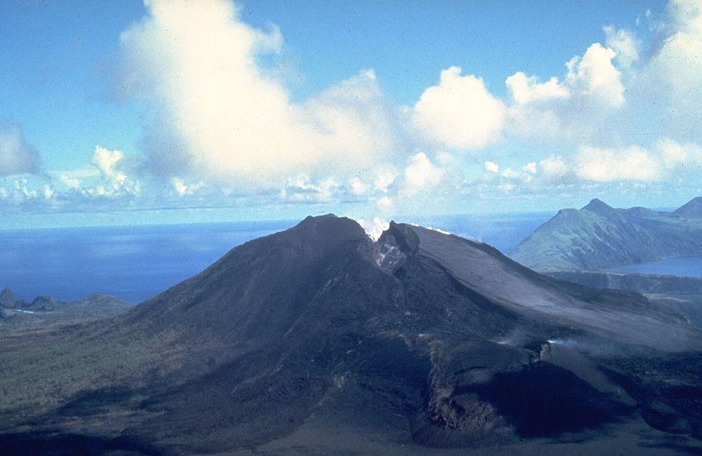 Une fissure qui s'est formée lors d'une éruption du volcan North Pagan dans les îles Mariannes en 1981 traverse le sommet du volcan. Trois évents principaux étaient actifs le long de la fissure. Photo U.S.Navy, 1981 / via GVP