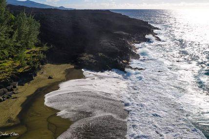 Voici la dernière coulée à avoir rejoindre l'océan pour la dernière fois.  Magnifique Plage du Tremblet créée par l'éruption d'avril 2007 !  Le sable est doré, verdâtre, de part la présence d'olivine (silicate) d'origine volcanique