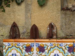 Le jardin du peintre et sa collection de fer à repasser anciens