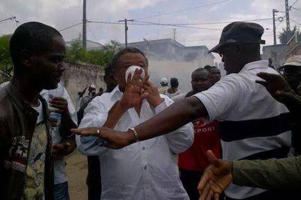 #Gabon / L'opposant Jean Ping gazé par la police du demi bien frais Ali Bongo (#100Commentaires)