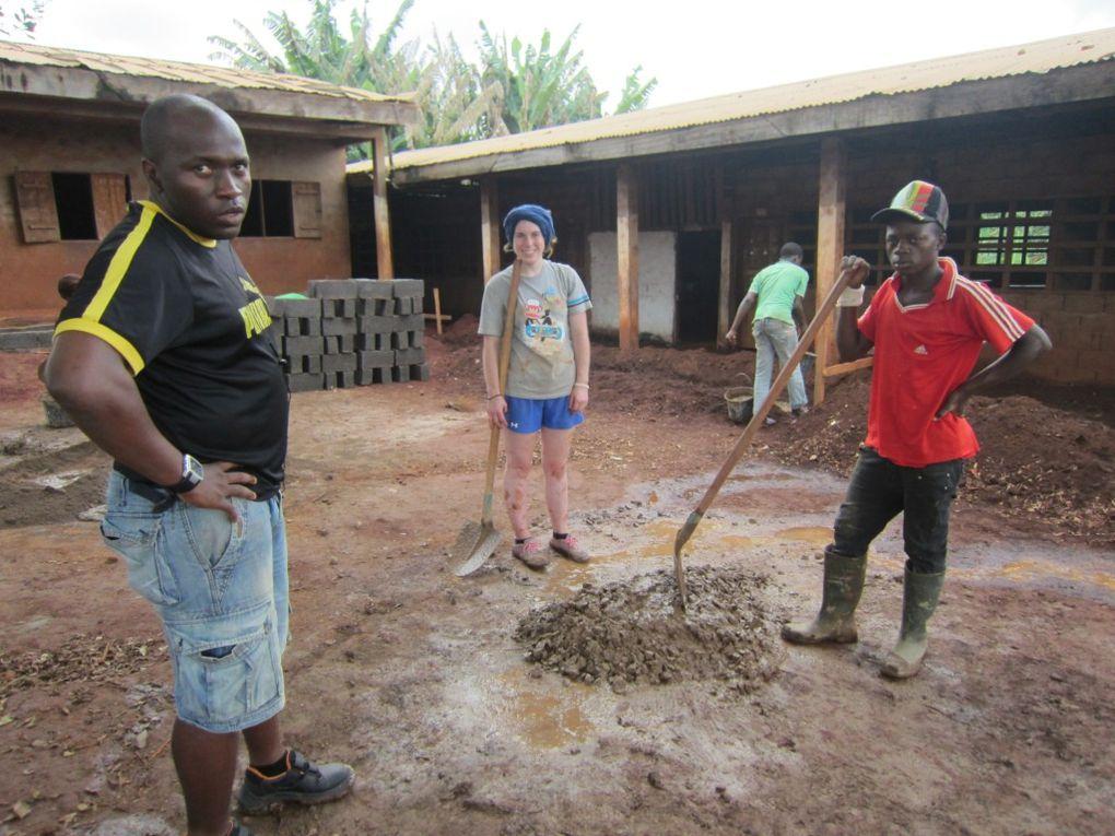 A Bafoussam , 3 chantiers principaux nous attendaient : La construction d'un caniveau pour éviter que les élèves de maternelle ne doivent continuer à prendre leur petit seau le matin afin de vider l'eau qui a dévalé dans leur classe à cause de